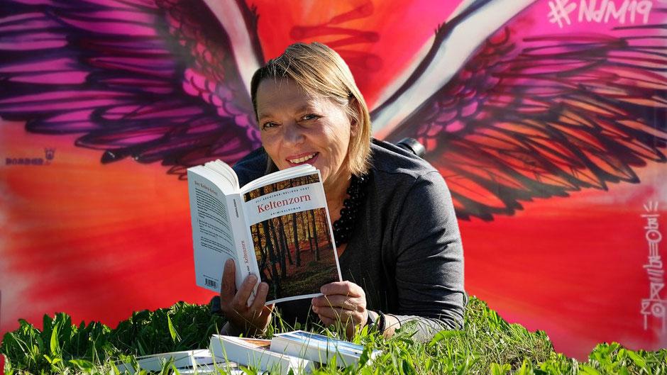 Crime & Nature - Autorin Uli Aechtner mit Flügeln von Helge W. Steinmann