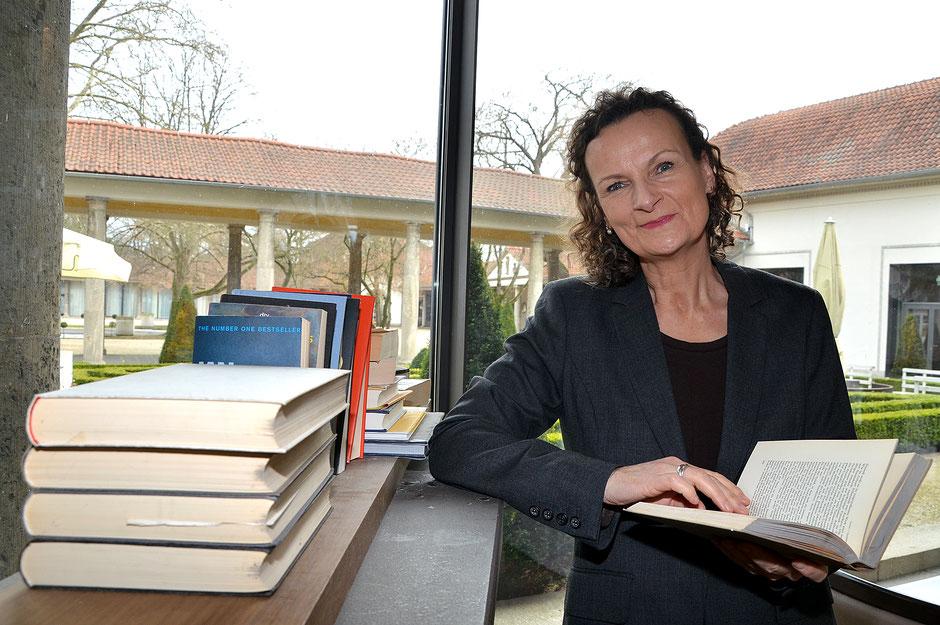 Sie blättert immer neue Seiten auf - Beatrix van Ooyen veranstaltet am Wochenende die Ernst-Ludwig-Buchmesse - Bekannte Autoren lesen vor  - FNP, 22.03.2018 - Text und Foto: Petra Ihm-Fahle
