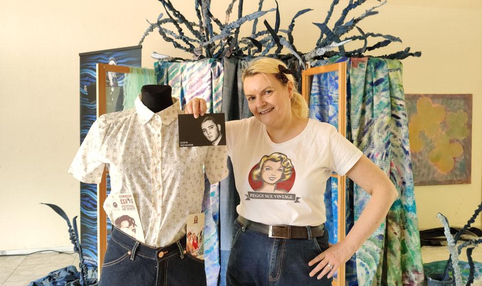 Angi Henn von PEGGY SUE VINTAGE aus Frankfurt mit der fair und nachhaltig produzierten LADY K JEANS vor der Kunstinstallation von Patrizia Zewe: DENIM FOR LIFE. Foto: Beatrix van Ooyen