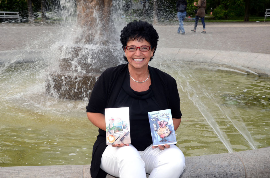 Beatrice Miguel mit ihren Werken am Brunnen der Erkenntnis, Foto: Petra Ihm-Fahle