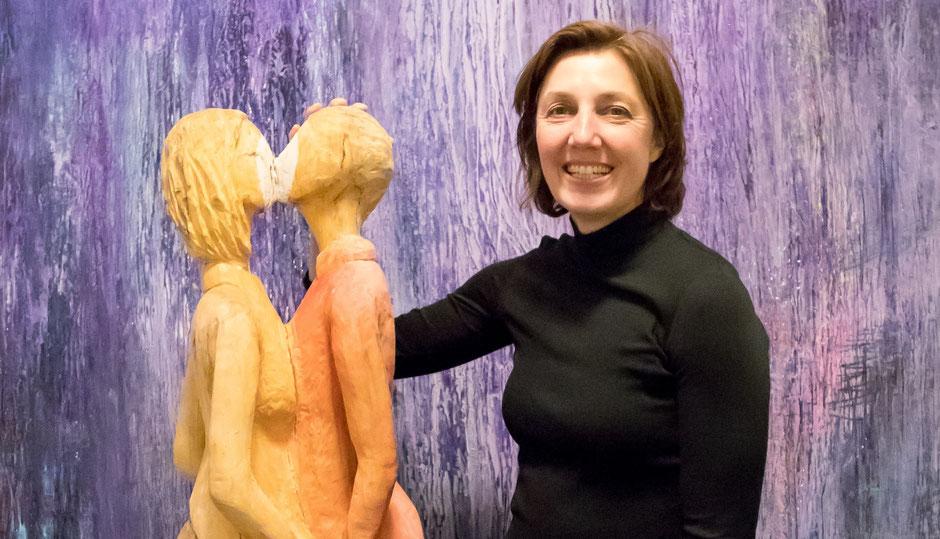 Bildhauerin Bianca Thater mit Skulptur vor einem Bild von Petra Reissmann, Foto: Studio Jemanda Bad Nauheim