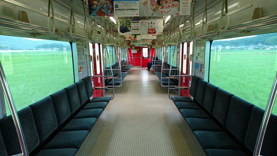 福岡県糸島市の田んぼ/水田を疾走する電車。 Train runs in the rice fields between Ikisan and Fukae in Itoshima, Fukuoka.