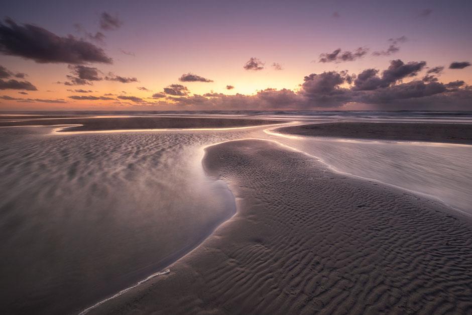 Het opkomende tij vormt eilandjes op het Noordzeestrand - Terschelling © Jurjen Veerman