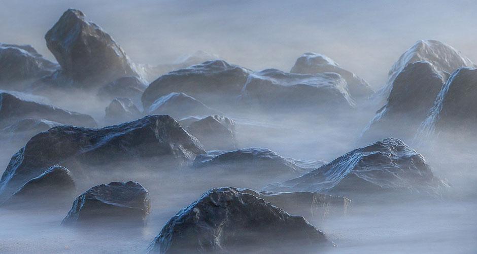 Basaltblokken voor de IJsselmeerkust bij Stavoren © Jurjen Veerman