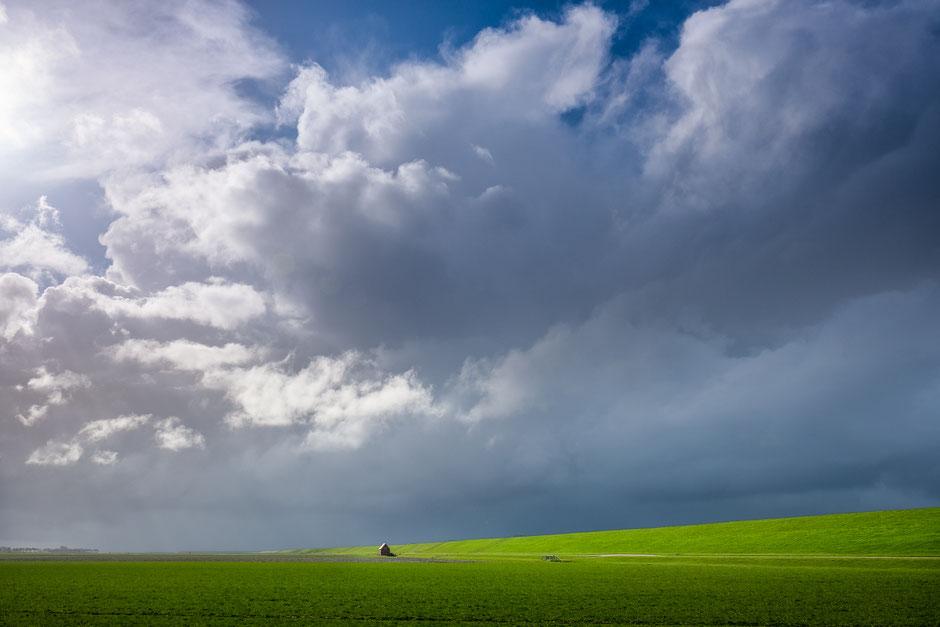 Spectaculaire wolkenlucht boven het Wad bij Westernieland