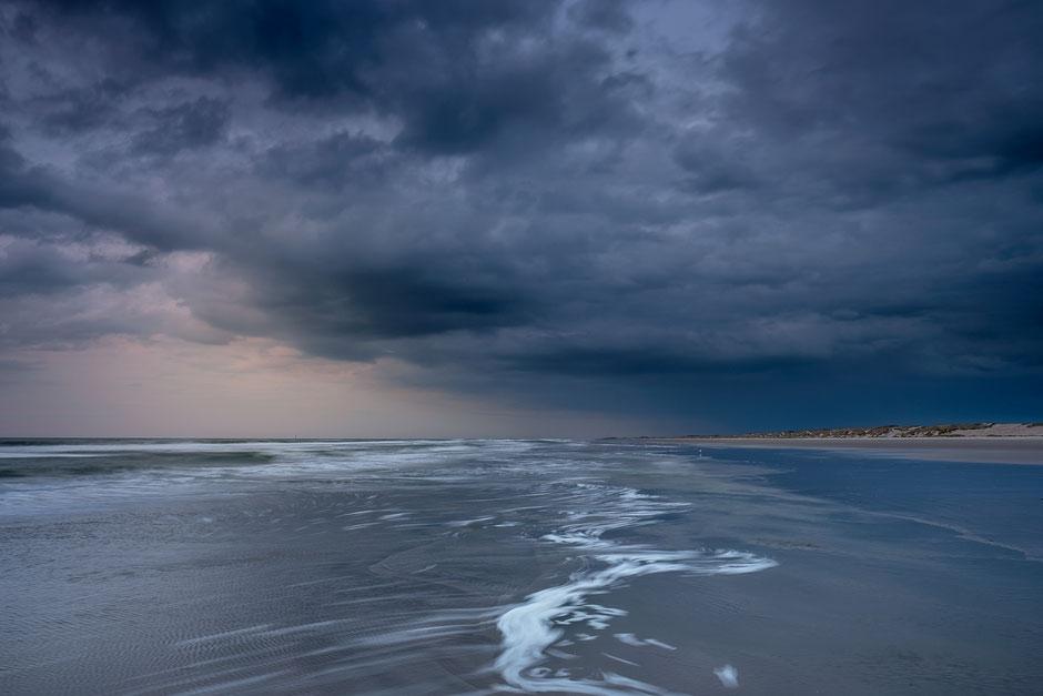 Regenbui boven Noordzeestrand Terschelling