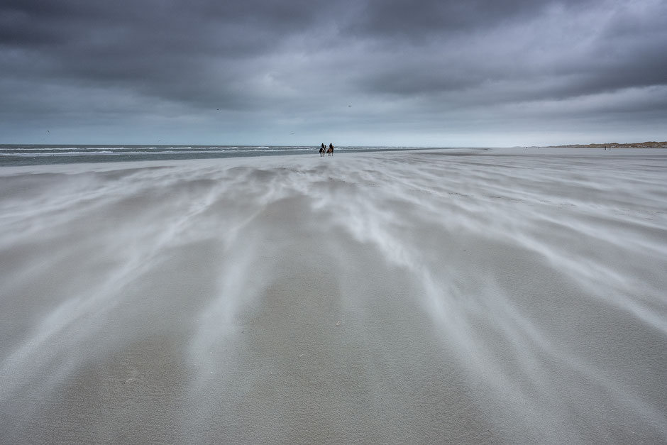 Windkracht 9 over het strand van Terschelling