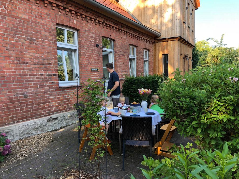 Die Terrasse lädt zum Frühstücken ein...
