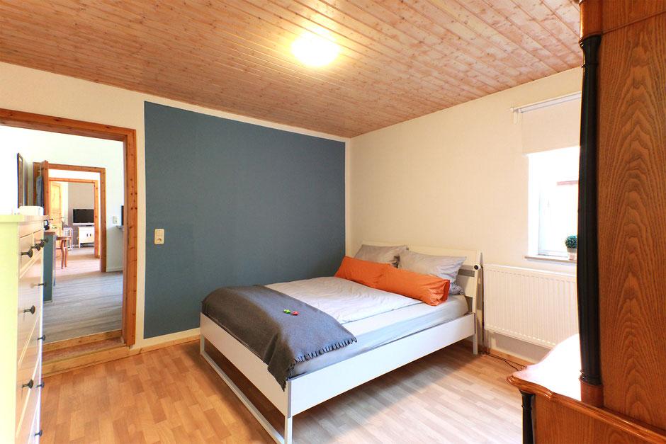 Das große Schlafzimmer mit einem bequemen Doppelbett