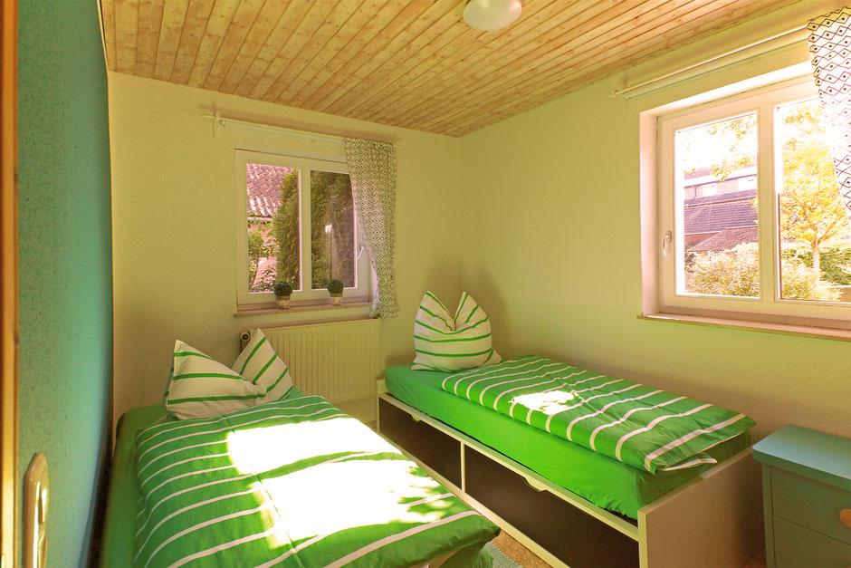 Das etwas kleinere Schlafzimmer mit zwei Einzelbetten