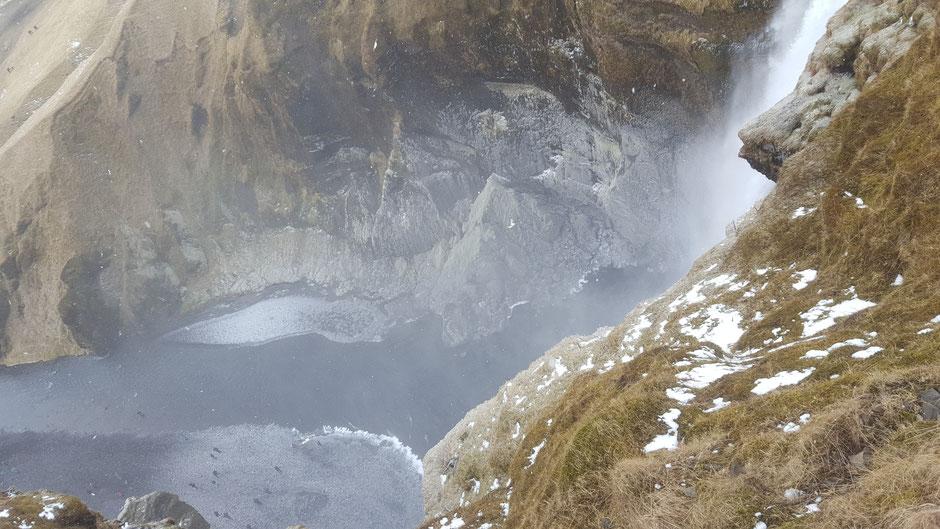 スコゥガフォスの滝は横に階段がついていて上から見ることができます