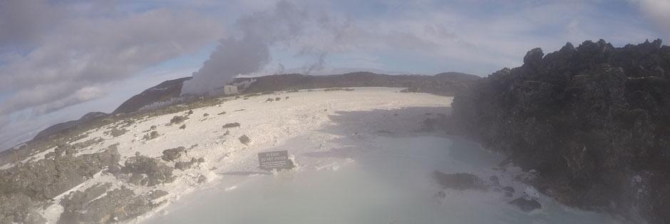 白い泥の浜と小島 立ち入り禁止看板