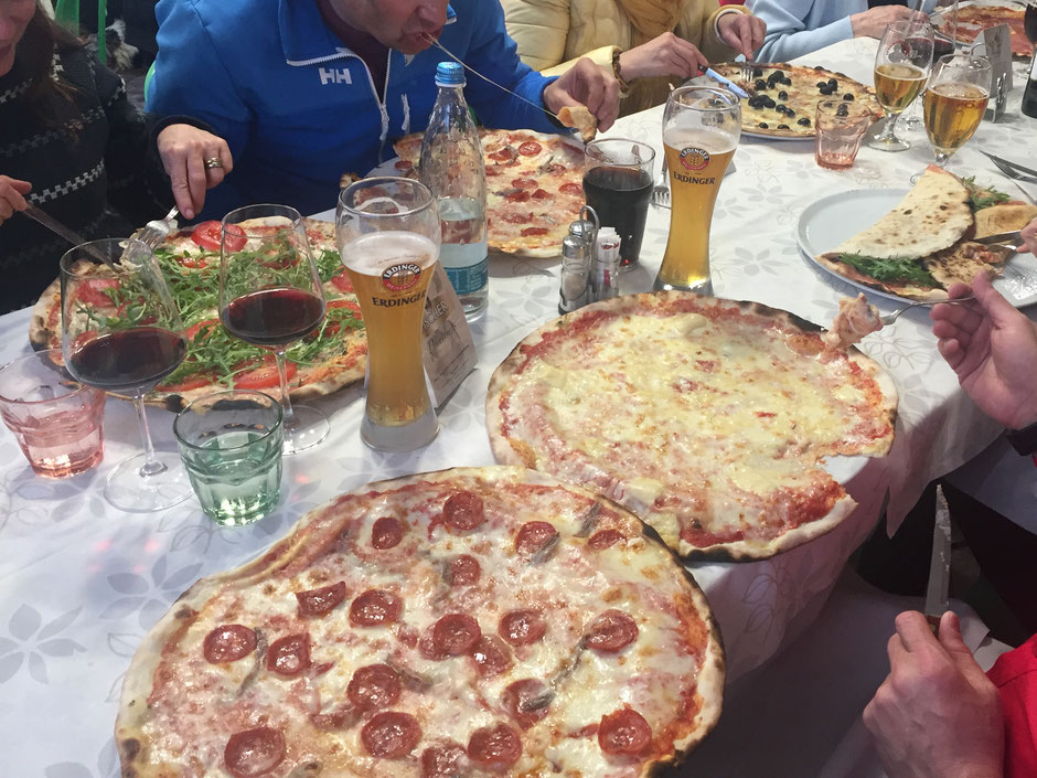 ペパロニとアンチョビの超特大ピザ!やっぱりビールも特大で!