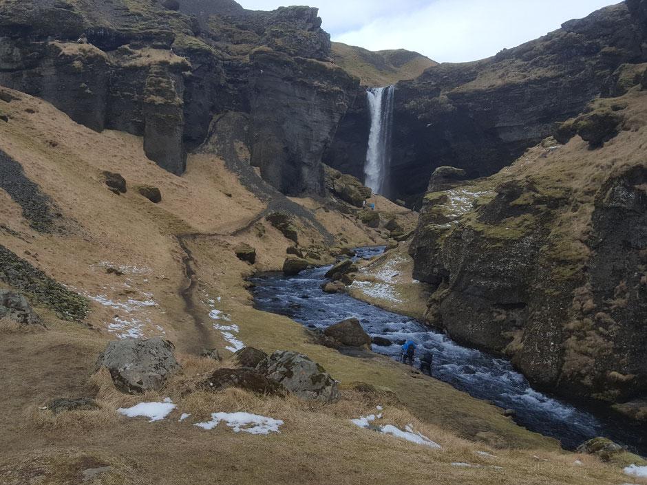 アイスランドの滝を訪ねて 絵画のような景色を進むと突然滝が目に飛び込み感動!