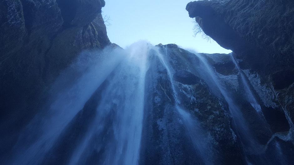 アイスランドの滝は迫力が違います