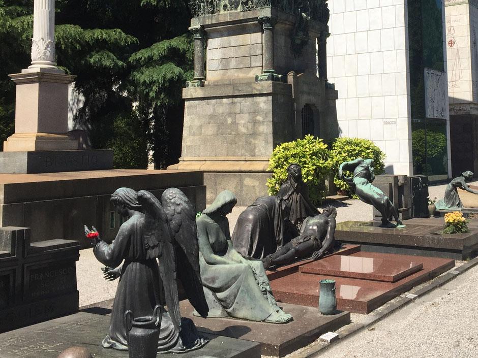 彫刻の墓碑が並ぶミラノ記念墓地