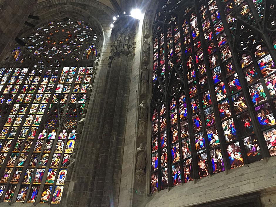 ミラノの大聖堂内 ステンドグラス