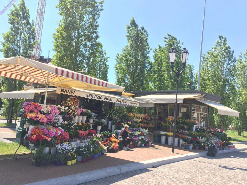 ミラノ記念墓地 入口にあるお花屋さん