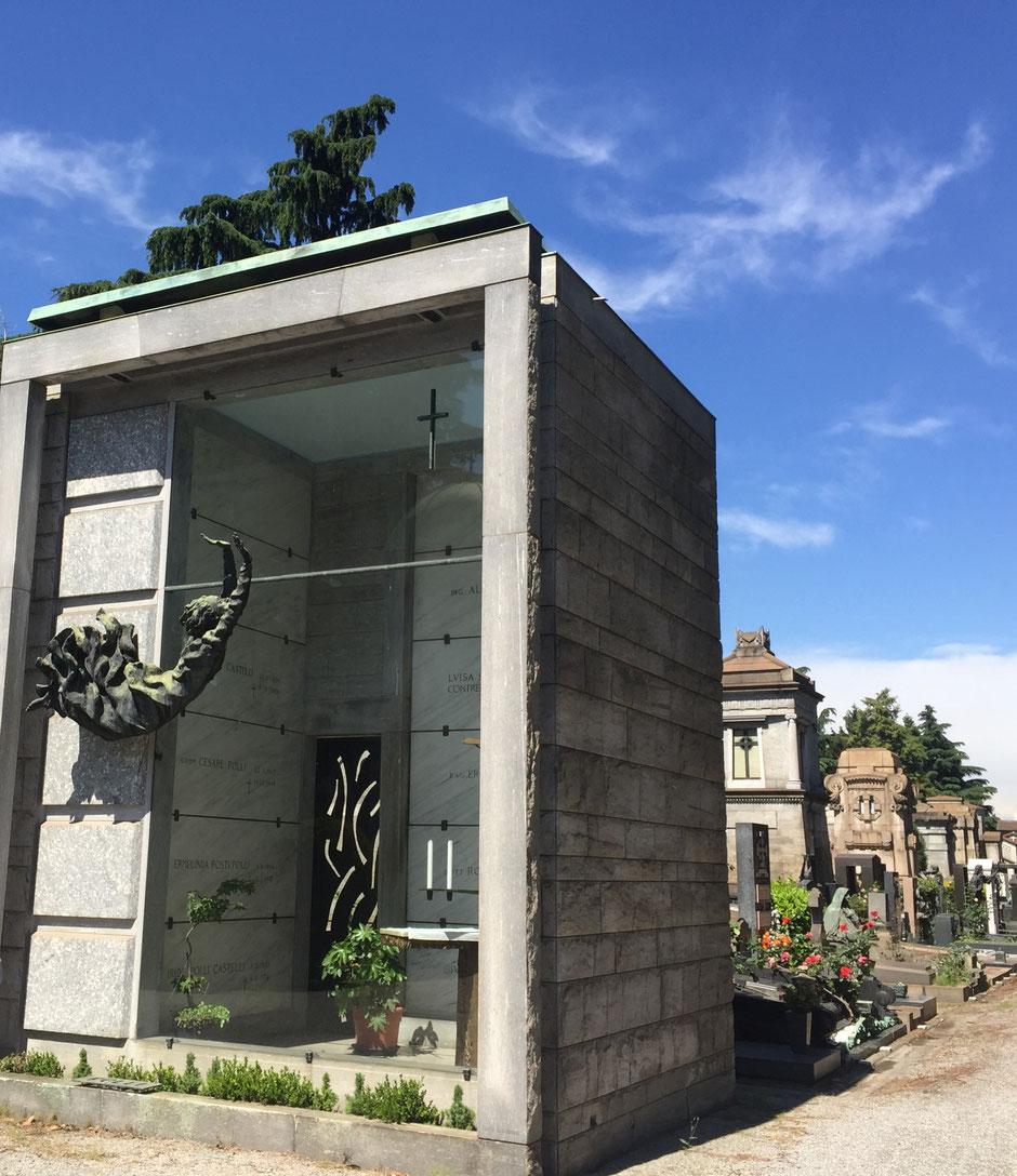 建て替え済み!? 近代的なご一家の墓碑 ミラノ記念墓地