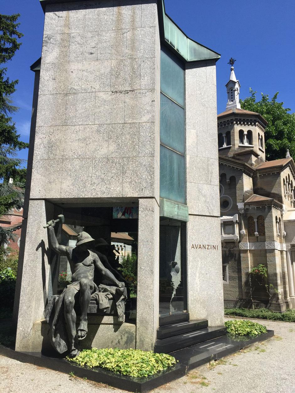 モダンな墓碑や蔵のような墓碑が並ぶ ミラノ記念墓地
