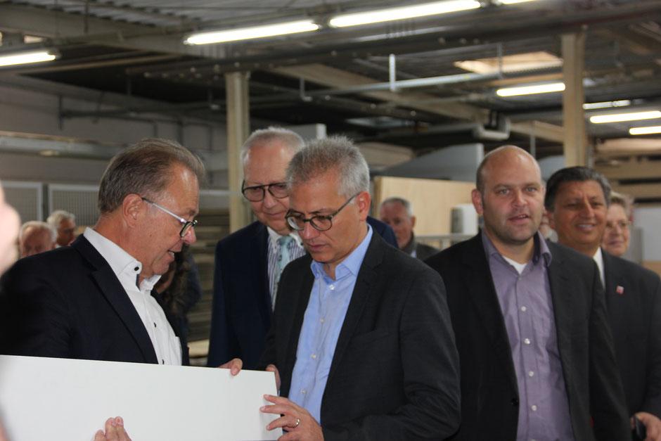 Tarek Al-Wazir, Hessischer Wirtschaftsminister (r.), war zu Gast bei der H. Kramwinkel GmbH in Mühlheim.