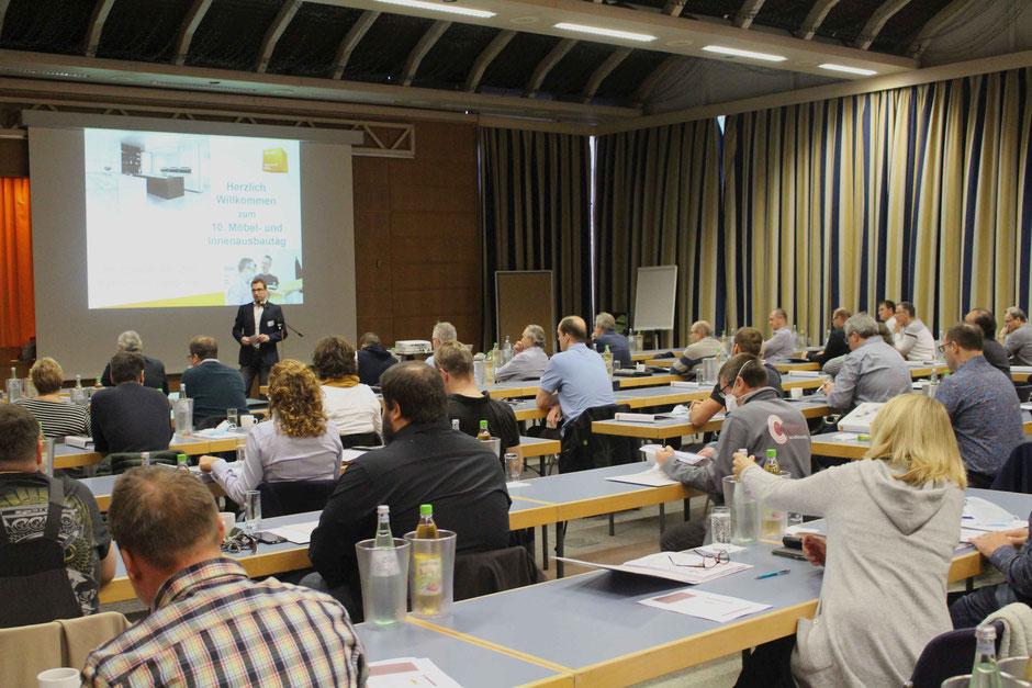 Unter Pandemiebedingungen sahen 42 Teilnehmerinnen und Teilnehmer die Vorträge und Erfahrungsberichte des 10. Rheinland-Pfälzischen Möbel- und Innenausbautags.  (Foto: Fachverband LRG)