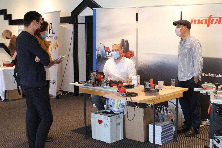 Mit Maske und auf Abstand konnten sich die Besucher der Fachtagung auch bei den 18 Ausstellern informieren. (Foto: Fachverband LRG)
