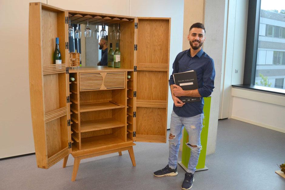 Mohammad Karoom präsentiert stolz sein Gesellenstück, mit dem er Die Gute Form der Innung Trier-Saarbug gewann und beim Landesentscheid den dritten Platz belegte.  (Foto: HWK Trier/Bernd Pahl)