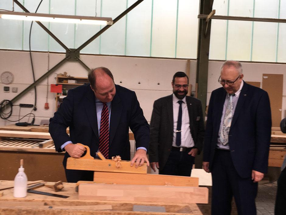 In der Hans Weiß GmbH in Fernwald musste der Chef des Bundeskanzleramtes Prof. Dr. Helge Braun Hand anlegen.