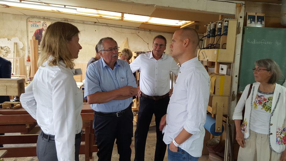 Der Präsident des Hessischen Landtages, Norbert Kartmann (m.) besuchte die Holzfreude GmbH in Butzbach.