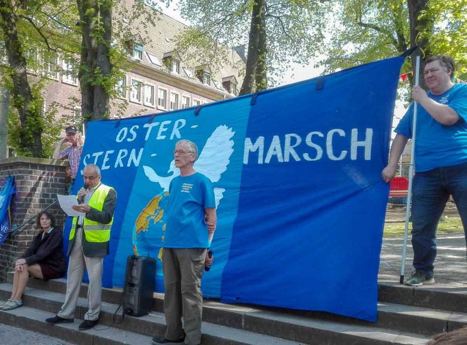 Kundgebung vor dem Dülmener Rathaus. (Foto hlm)