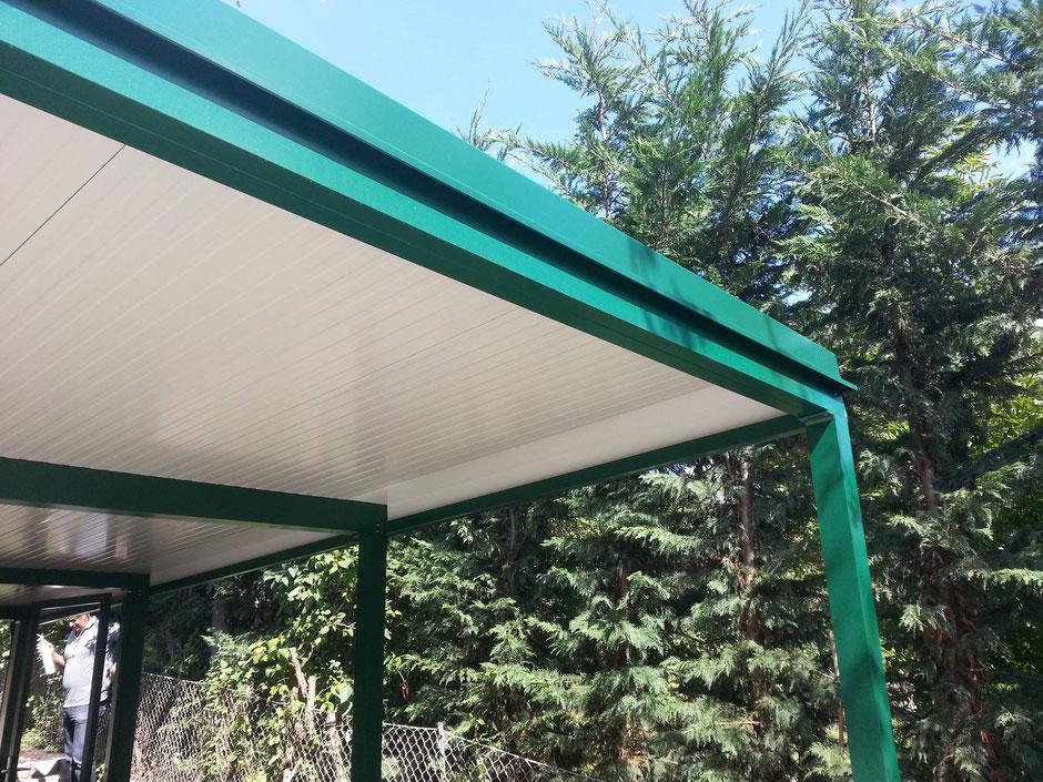 Dacheindeckung aus Iso Panele mit Abschluß aus Spenglerblechen in RAL 6005 Moosgrün matt Feinstruktur