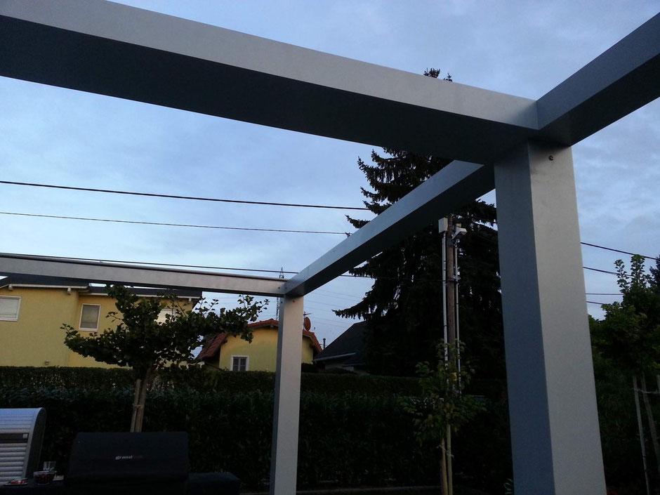 Die Pergolakonstruktion bei geöffnetem Dach