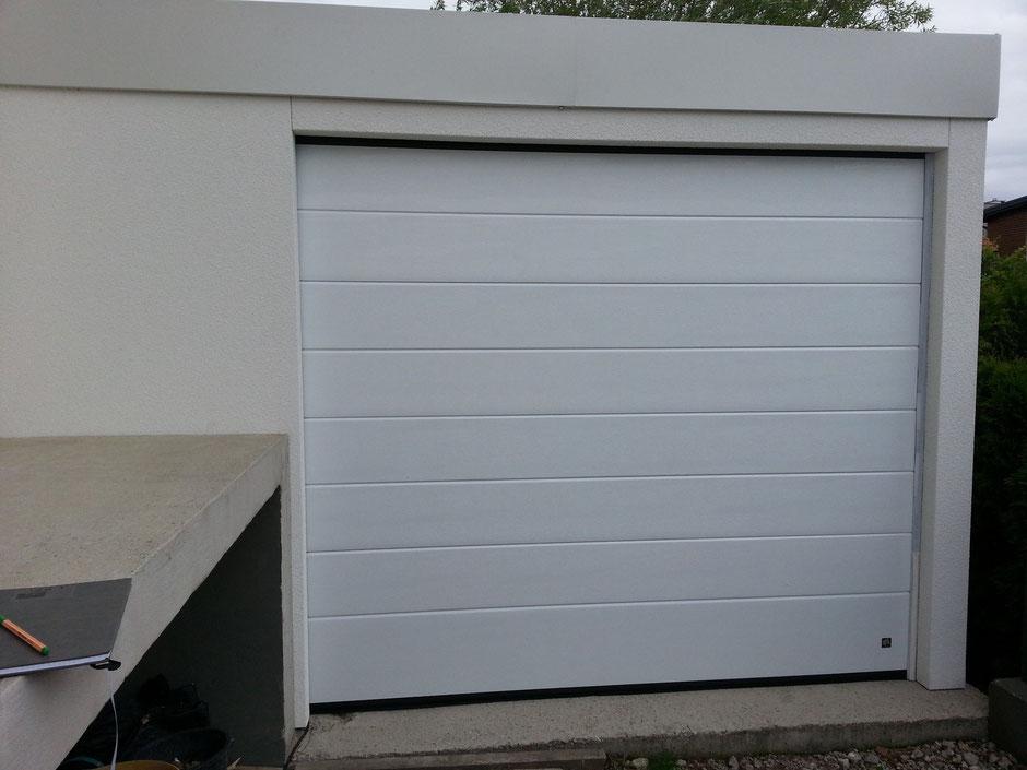 garage auf ma in elementbauweise mit attikablende und sektionaltor carport terrassendach. Black Bedroom Furniture Sets. Home Design Ideas