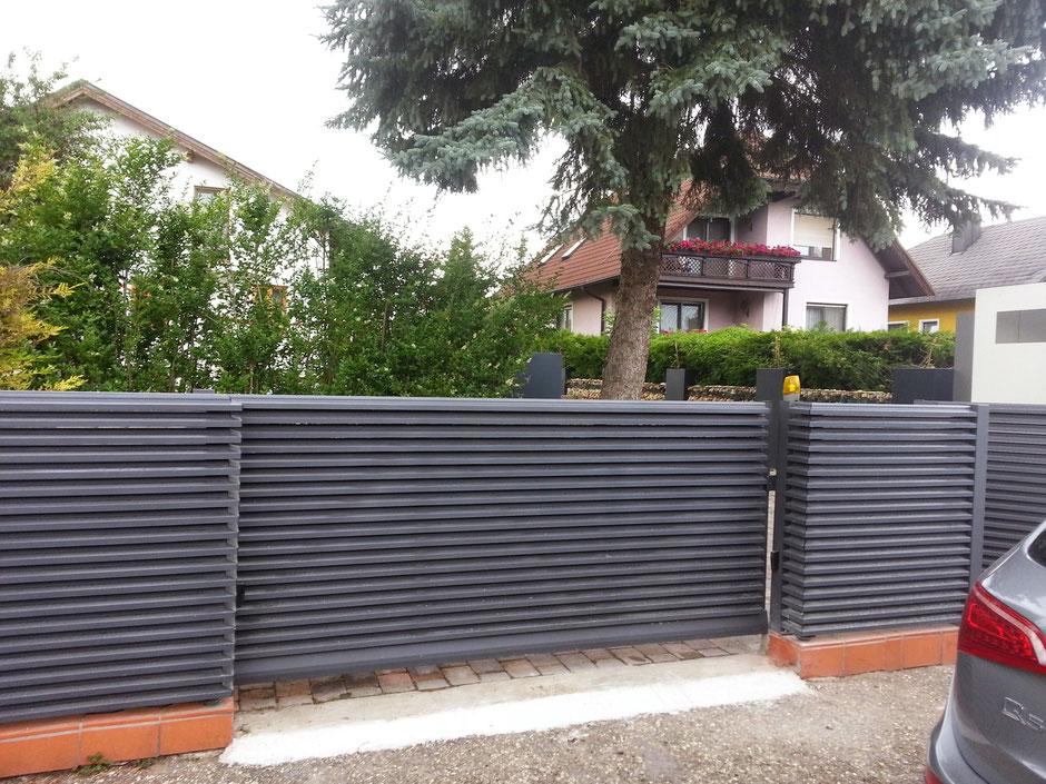 aluminium lamellenzaun mit steherloser frontansicht in anthrazit matt feinstruktur carport. Black Bedroom Furniture Sets. Home Design Ideas