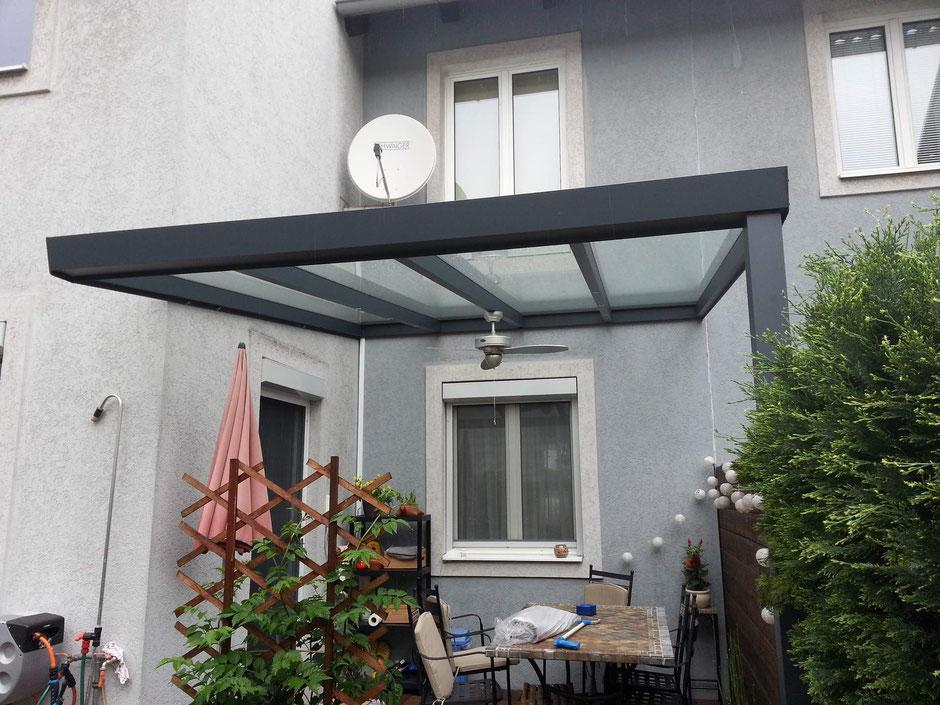 Terrassendach Prima in Anthrazit mit VSG Glas, Wolkenbeschattung und Ventilator