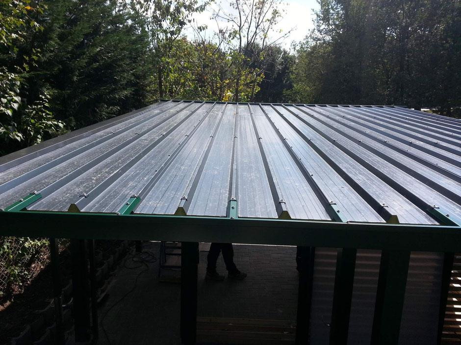 Doppelcarport : Dacheindeckung von oben gesehen mit Anbindung Dachrinne