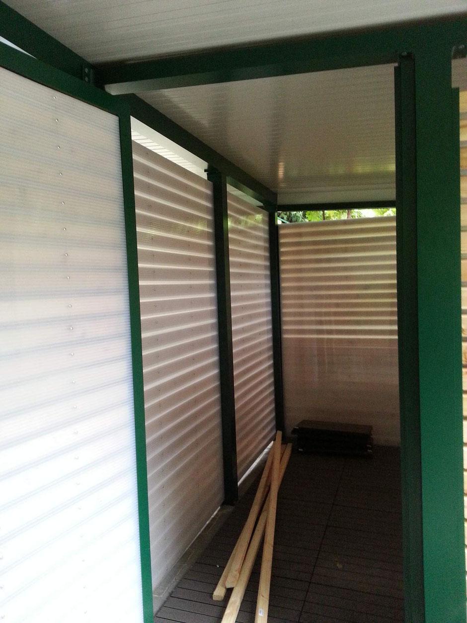 Carport Abstellraum von Innen mit opalen Doppelstegplatten