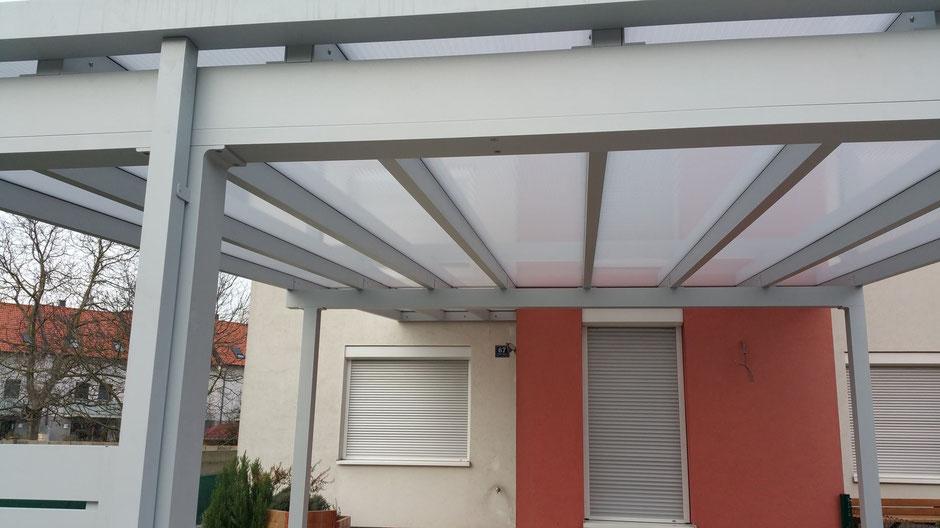 Carport mit Dacheindeckung aus Doppelstegplatten opal