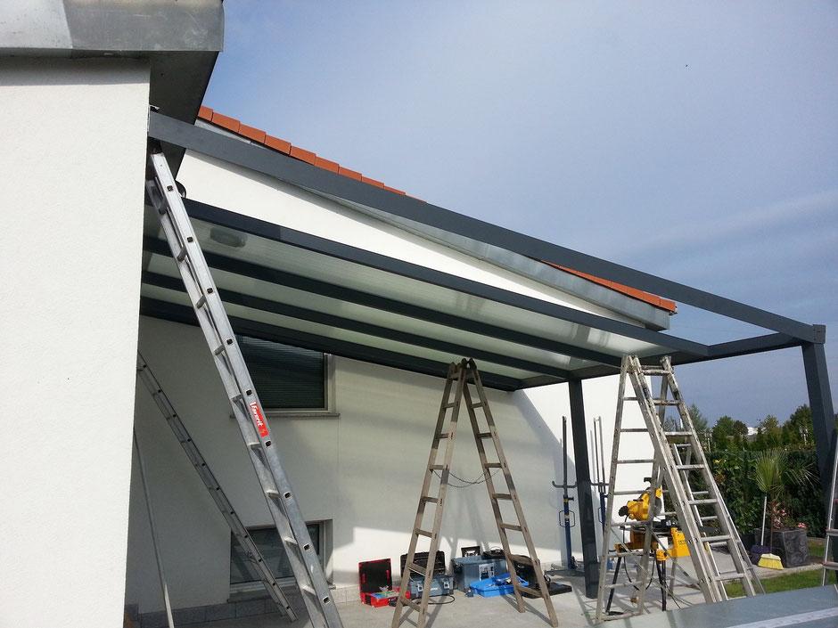 Terrassenüberdachung während der Montage