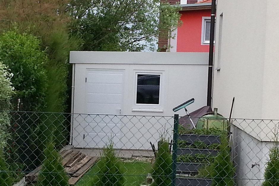 garage auf ma in elementbauweise mit attikablende und sektionaltor terrassendach lamellendach. Black Bedroom Furniture Sets. Home Design Ideas