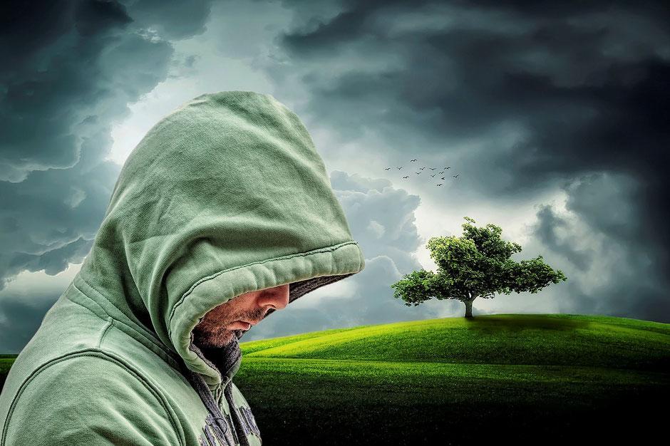 Einsamer Mensch grüne Landschaft Hintergrund