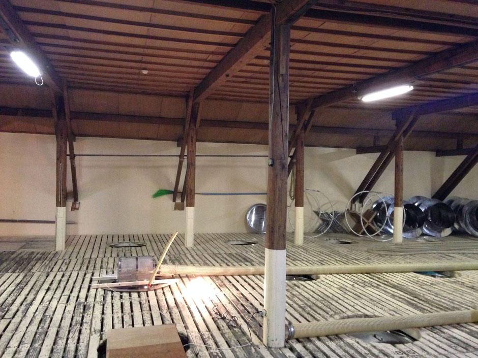 このスノコの下に、冒頭のタンクの並ぶ空間があります。ここから中を混ぜるらしい。