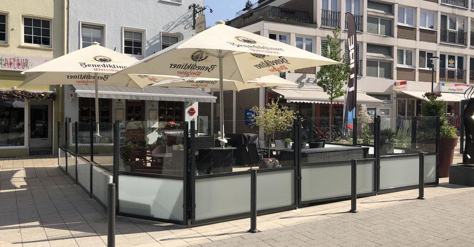 Terrasse Straßencafe mit Windschutz
