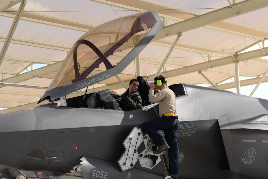 Il pilota italiano a bordo dell'F-35 con lo specialista dell'AFRES.
