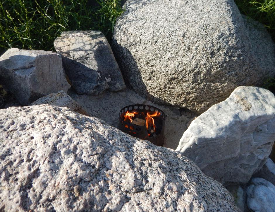Windgeschützt und sicher steht der Kocher zwischen den Felsen
