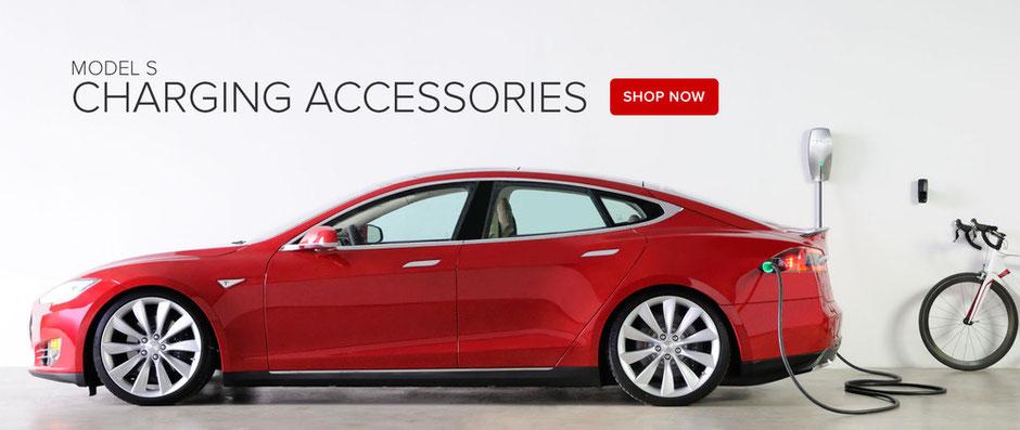 Coche rojo Tesla. El futuro de la energía