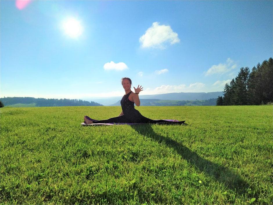 Fröhlichkeit im Yoga. Vinyasa Yoga, Power Yoga Kurs, Yoga für Senioren, Yoga Ausbildungen, Yogalehrer Ausbildung. Kinderyoga. Yogalehrer Ausbildung (Yoga Teacher Training), Meditationslehrer Ausbildung / Meditation Ausbildung in Zürich Oerlikon