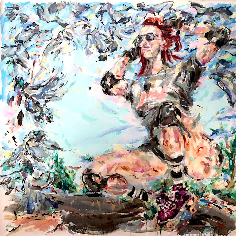 Gemälde zeigt hockende Frau mit Rollschuhen vor blauem Himmel, umrandet von abstrakt gemalten Tauben