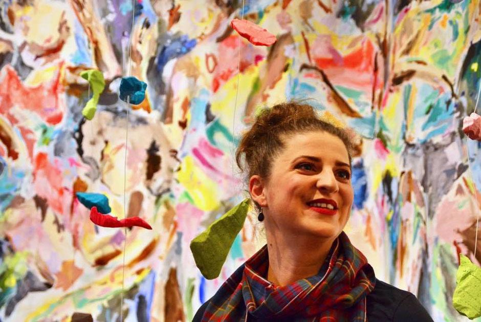 Künstlerin Zoë MacTaggart vor ihrer Installation